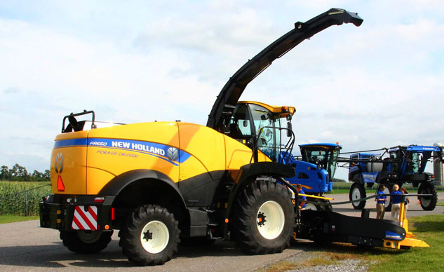 New Holland FR650 Forage Cruiser Front Left